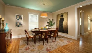 Formal dining room with seaing for 8 people .