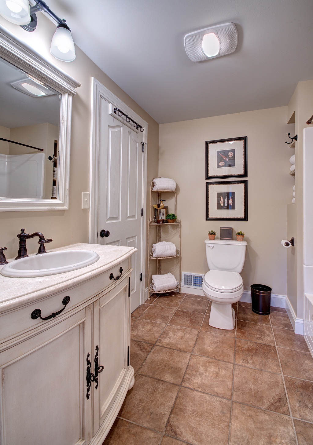 Main level full bathroom with tub/shower