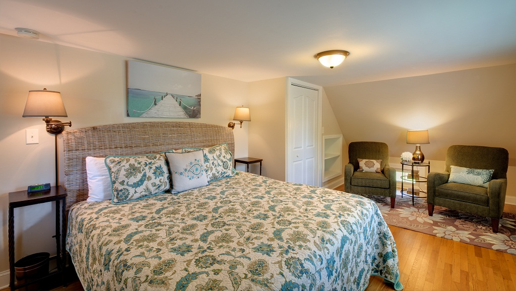 Upper level guest bedroom with king bed